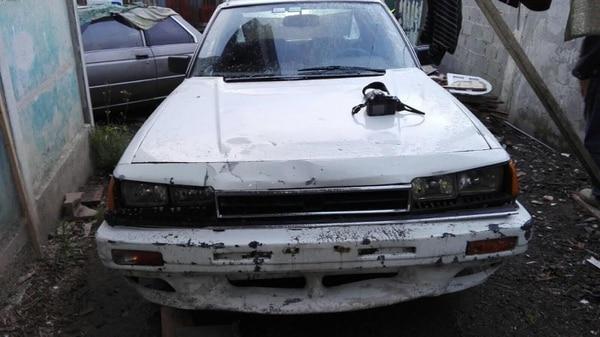 Los cuatro asaltantes chocaron este carro blanco contra el puesto de lotería.