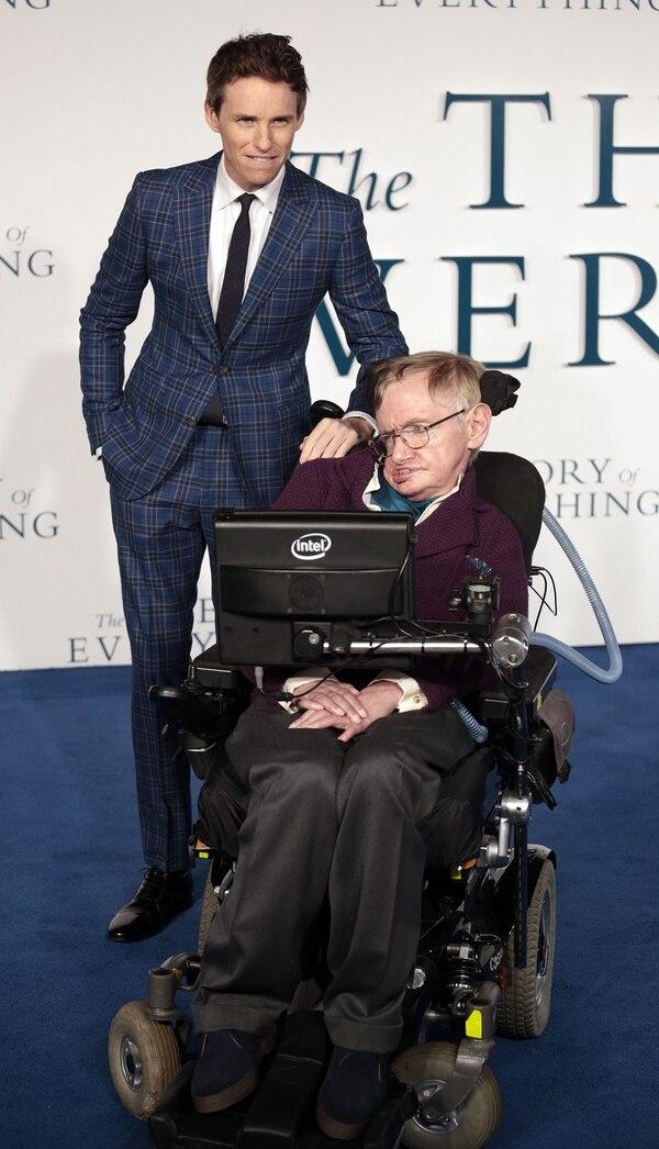 Al encenderse las luces del cine, Hawking derramó una lágrima al ver plasmada su vida en el talento del joven Redmayne, entonces de 32 años.