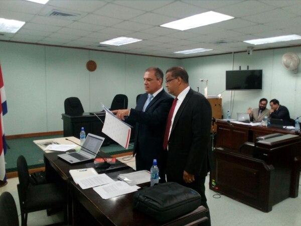 Guillermo Quesada, izq. conversa con su abogado José Pablo Badilla, durante un receso en la audiencia preliminar en Goicoechea. Foto de Carlos Arguedas.
