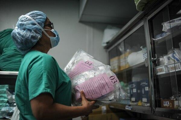 La enfermera obstetra María Eugenia Fernández es una de las encargadas de velar porque todo el instrumental médico para cada sextillizo esté listo para el momento del nacimiento. Los paquetes están enumerados de 1 a 6. | GABRIELA TÉLLEZ