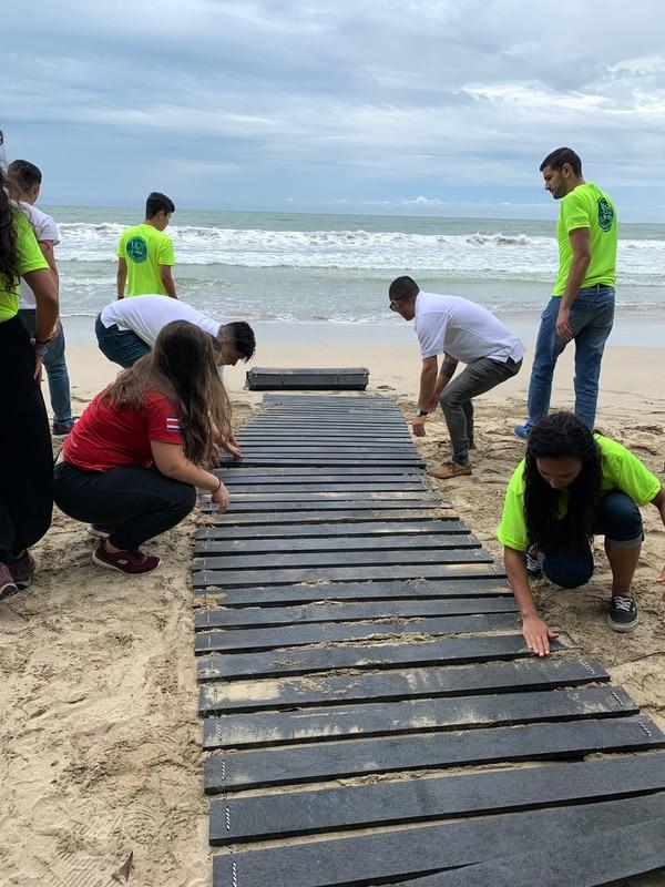 Playa Cahuita, Limón. Plataforma de tapas de plástico reciclado para que persona con discapacidad pueden acceder a la playa