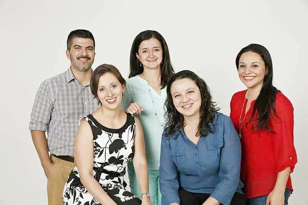 Este es el equipo actual de la sección. De izquierda a derecha: Juan Fernando Lara (tecnología), Irene Rodríguez (salud), Monserrath Vargas (ciencia y tecnología), Andrea Solano (arte y ciencia) y Alejandra Vargas (editora). En la fotografía falta Michelle Soto (ambiente).
