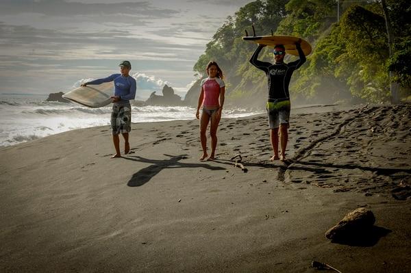 David Segura, Yorgina Ureña y Juan Carlos Flores (de izq. a der) son parte de Del Mar Surf Camp. | FOTO: ALONSO TENORIO.