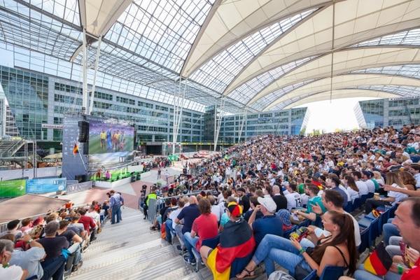 El MAC es un enorme recinto techado ubicado entre las dos terminales del aeropuerto. Ahí se realizan todo tipo de actividades de entretenimiento, como en este caso la proyección de partidos de fútbol de la selección alemana. Cortesía: Aeropuerto Internacional de Múnich-Franz Josef Strauss