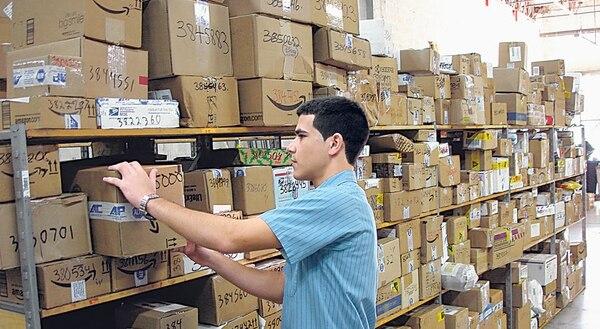 La Cámara de Comercio de Costa Rica y Camtic cuestionan que la reforma al reglamento de promoción de la competencia se limita a las compras en línea locales, cuando los consumidores pueden adquirir productos en otros países vía Internet.