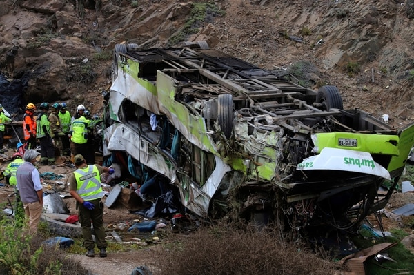 El bus quedó completamente destrozado tras caer en un barranco en Taltal, Antofagasta, en el norte de Chile.