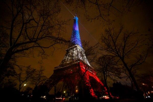 La torre Eiffel, el ícono de la ciudad de París, mostraba el lunes los colores de Francia. | AP