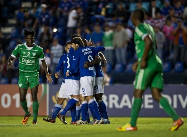 Los jugadores de Cruz Azul celebran uno de los goles con los que ganaron este martes 3-0 ante el Valencia de Haití.