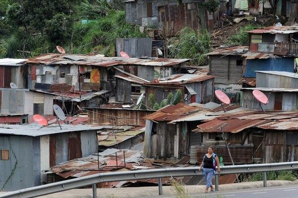 Servicios de televisión satelital en casas del precario Triángulo de la Solidaridad (San Gabriel de Calle Blancos, Goicoechea). Hace siete años había 54.000 hogares pobres con televisión paga. Al 2017, eran 147.000. Fotografía Jorge Castillo