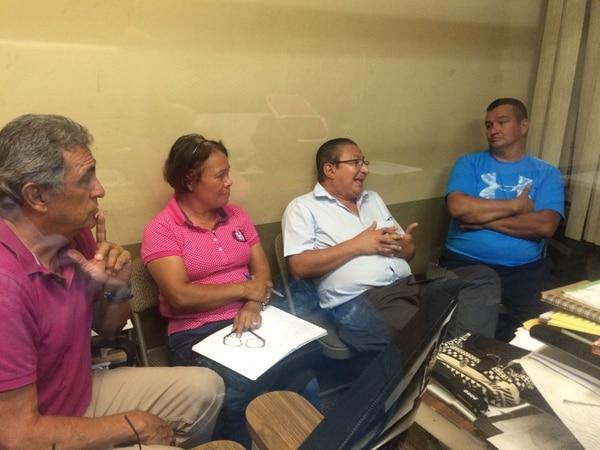 William Corrales, Evelyn Rodríguez y Marco Echeverría conversan con Albin Brenes en la sala de sesiones de la Fecoci.