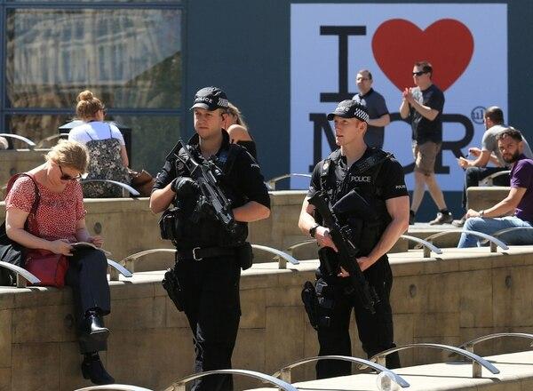Policías vigilan la ciudad de Mánchester luego del atentado tras el concierto de Ariana Grande.