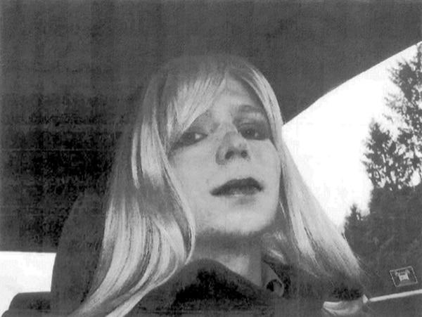 En esta foto sin fecha suministrada, por el Ejército de los EE.UU., el soldado. Bradley Manning posa para una foto con una peluca y lápiz labial.