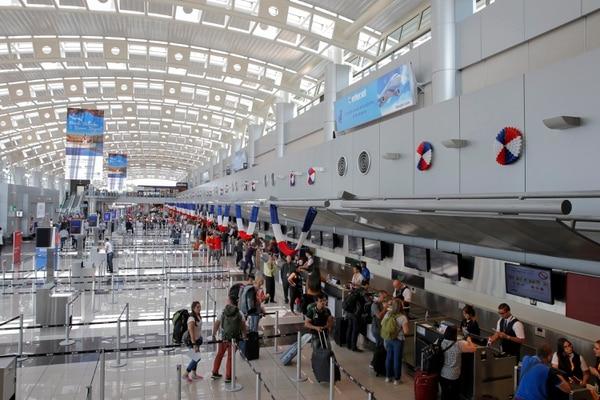 Un aspecto fundamental cuando se reanude la actividad en el aeropuerto Juan Santamaría será la distancia entre los pasajeros al realizar trámites de chequeo. La imagen corresponde a 2018. Fotos: Mayela López