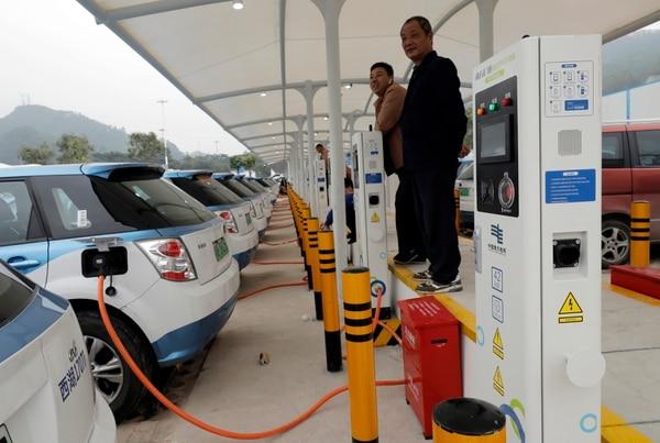La ciudad lanzó sus primeros taxis eléctricos en el 2010 y aún se enfrenta al reto de facilitar las estaciones pública de recarga necesarias para atender la demanda. Foto: AP Photo/Vincent Yu