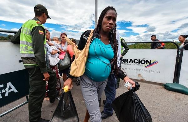 Una mujer embarazada venezolana cruza el puente internacional Simón Bolívar desde San Antonio del Táchira, Venezuela, hasta Cúcuta, departamento de Santander, Colombia.