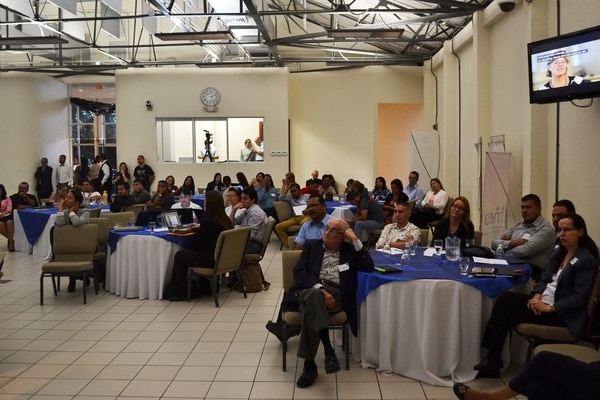 Autoridades educativas regionales y nacionales participaron este miércoles en un foro para intercambiar experiencias sobre el uso del celular en las aulas.