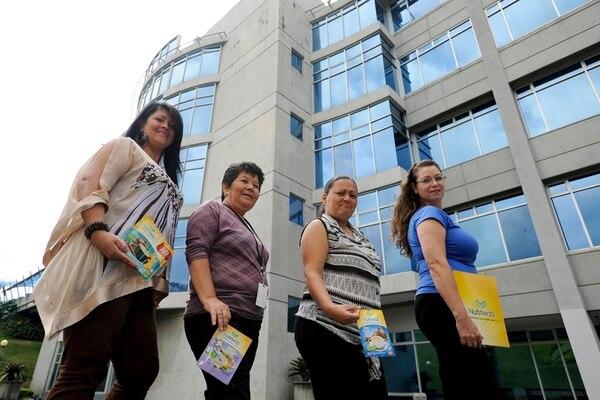Georgina Hidalgo (izq.), Alicia Brenes, Kathya Salazar y Luz Mary Garro, de la Red MANU, distribuirán los producto en Pavas, San José.   LUIS NAVARRO