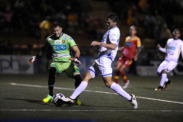 Daniel Cambronero, portero del Herediano, lucha por la pelota con el delantero Luis Ángel Landín, de Pérez Zeledón, en el primer juego de ambos equipos en el Torneo de Verano 2017. | RAFAEL MURILLO