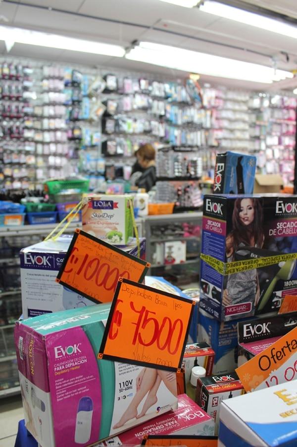 Muchos comerciantes josefinos mostraban ayer sus precios en las entradas de los locales para tratar de seducir a los compradores. | NATALIA SOTO