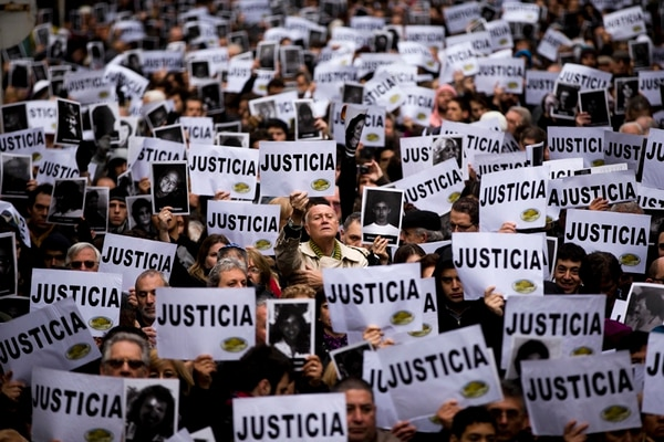 En julio del 2013, cientos de personas reclamaron justicia por el ataque contra la Asociación Mutual Israelita Argentina, en el 19.° aniversario. | AP