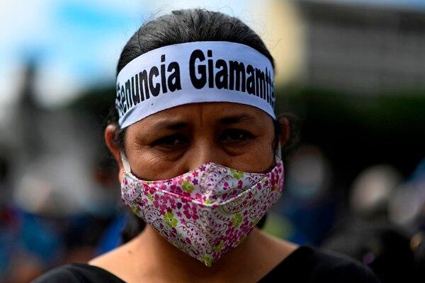 Una mujer con una diadema que dice 'renuncia Giammattei', refiriéndose al presidente guatemalteco Alejandro Giammattei, participa en una protesta en su contra en la ciudad de Guatemala. Foto: AFP