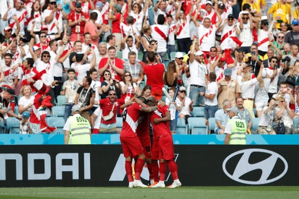Los jugadores de Perú celebran la anotación de André Carrillo ante Australia. / AFP PHOTO / Adrian DENNIS / RESTRICTED TO EDITORIAL USE - NO MOBILE PUSH ALERTS/DOWNLOADS