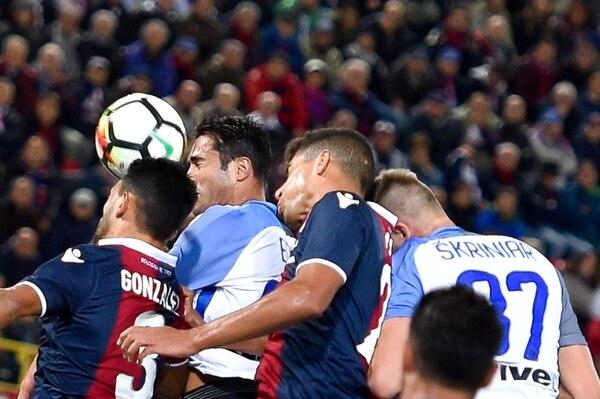 Giancarlo González (izq.) disputa la pelota con Eder, jugador del Inter de Milán.