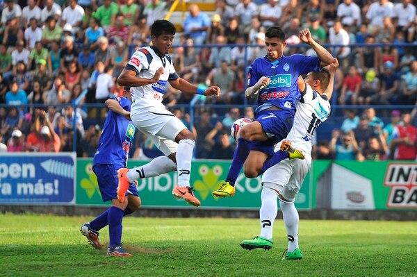 El partido entre Pérez Zeledón fue entretenido para los asistentes al estadio generaleño. Los parciales de PZ al fin respiraron aliviados. Acá, José Eduardo Leiva se enfrenta a Jorge Gatgens (derecha). | RAFAEL PACHECO