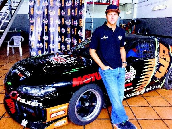 A sus 25 años André Solano es uno de los pilotos con mayor proyección internacional del país. Acá junto a su Nissan Silvia.   JOSÉ LUIS RODRÍGUEZ