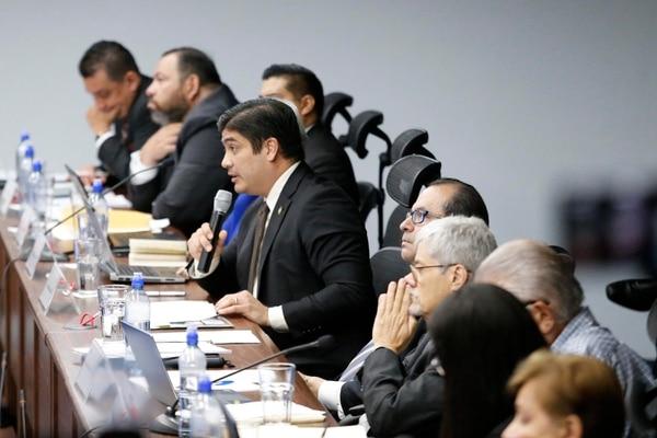 Alvarado dijo a los magistrados que que la situación crítica de las finanzas públicas hace insostenible el pago las pensiones de lujo. Foto: Albert Marín.