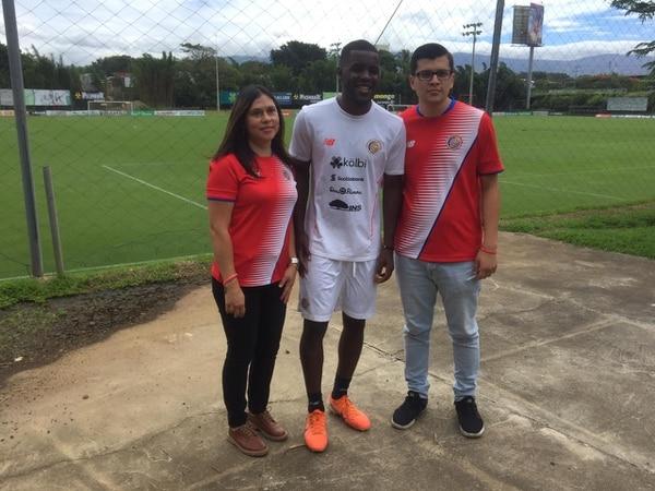 Joel Campbell compartió con dos aficionados al final del entrenamiento de la Selección Nacional en el Proyecto Gol. Foto: Fiorella Masís
