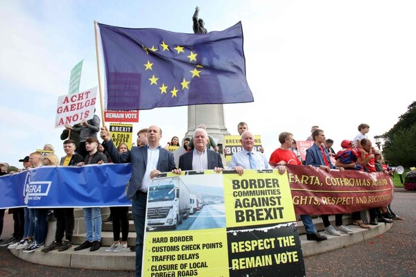 Manifestantes opuestos al 'brexit' se congregaron este miércoels 31 de julio del 2019, frente la sede del Gobierno norirlandés, en Belfast, para expresar su rechazo a la reinstauración de una frontera en la isla de Irlanda.