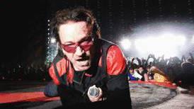 (Video) Bono de U2 cae en el escenario pero continúa cantando desde el suelo