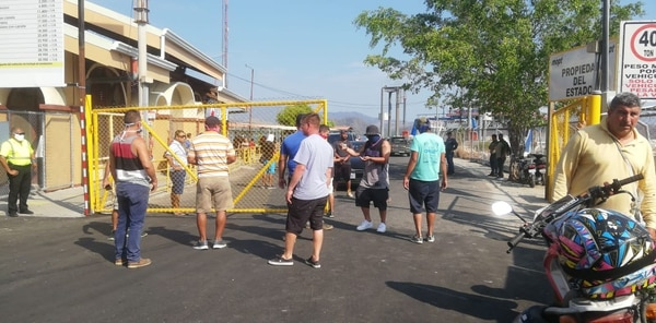 Por segundo día consecutivo, los vecinos de Paquera cerraron el paso de la terminal del ferry. Foto: Andrés Garita