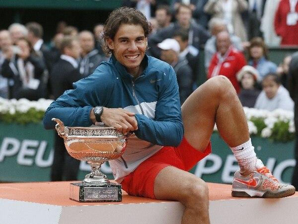 Rafael Nadal se sostiene en el trofeo de Roland Garros. | AFP.