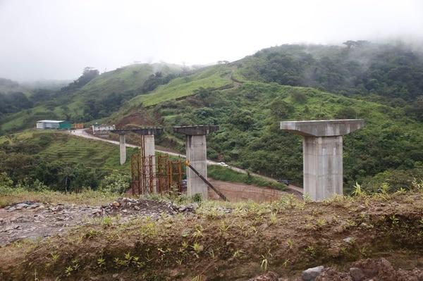 Parte de la nueva carretera a San Carlos en construcción. El Gobierno espera terminar más de 20 kilómetros antes de mayo del 2014.