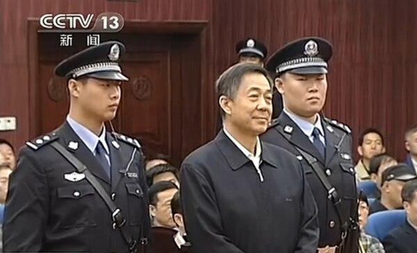 Bo Xilai (centro) en la corte de Shandong, en Jinan, la cual rechazó ayer su apelación a la cadena perpetua a la cual fue condenado en setiembre.   AFP