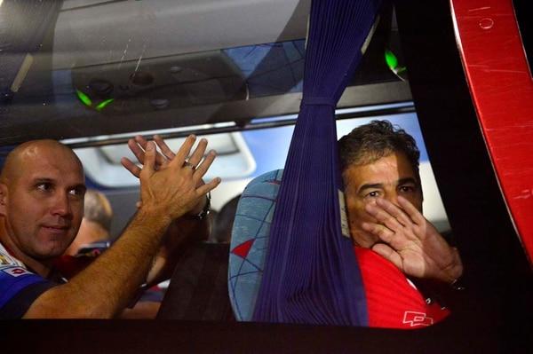 El técnico de nuestra Selección, Jorge Luis Pinto y Luis Marín, saludan a los ticos a su arribo este miércoles.