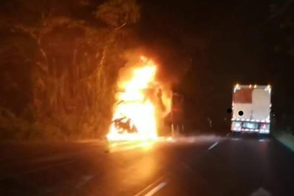Fuego consumió cabina de tráiler cerca del túnel Zurquí