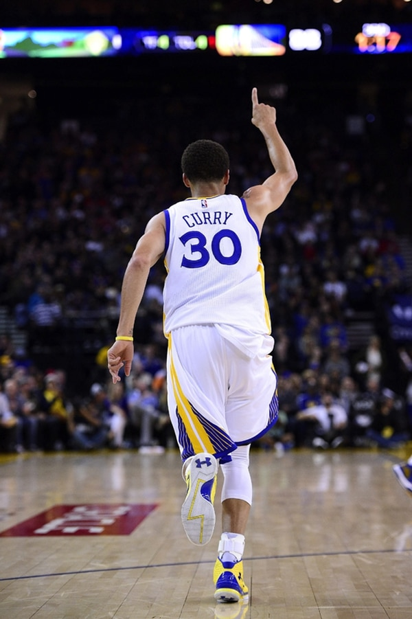 Stephen Curry es, junto a LeBron James y James Harden, de los principales candidatos para el Jugador Más Valioso de la temporada, en la NBA.   EFE