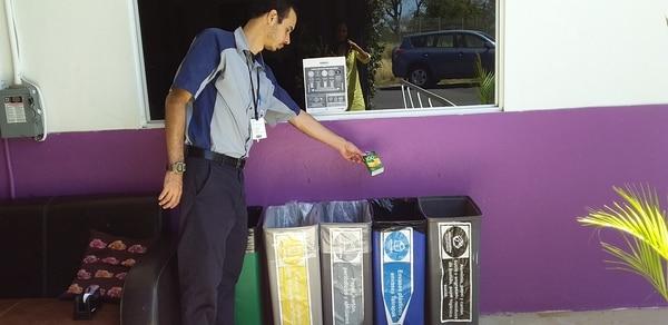 Ambos edificios cuentan con basureros para la correcta clasificación de los residuos sólidos. Foto: Archivo LN.