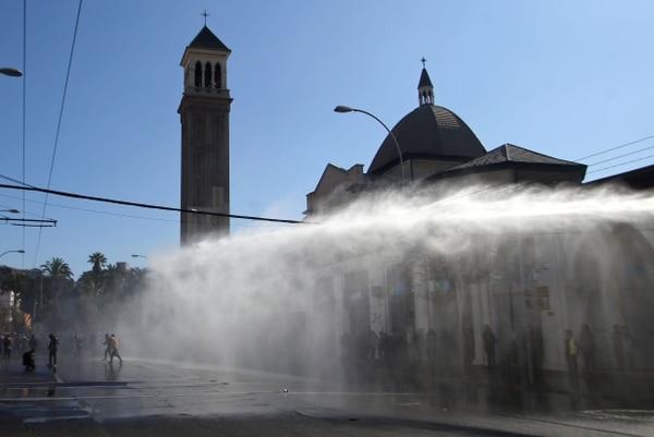La policía antimotines repelió con agua una protesta en los alrededores del Congreso de Chile, en Valparaíso, este viernes 1.° de junio del 2018.