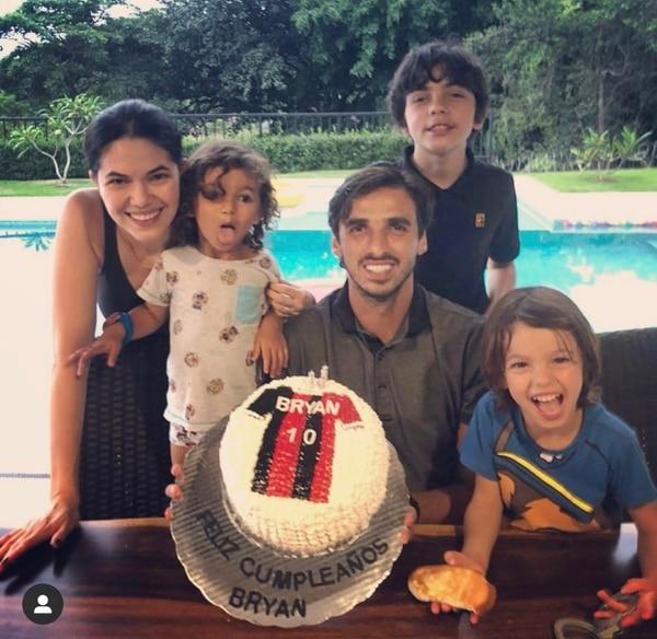 Bryan Ruiz con su hijo mayor Mathias Ruiz (quien no estaba con su padre al momento de contagio); su esposa Carolina y los hijos de ambos Leonardo y Benjamín, celebrando el cumpleaños del futbolista en agosto. Foto: Instagram.