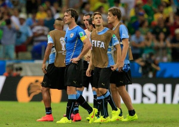 Diego Lugano y sus compañeros de Uruguay muestran la frustración celeste tras caer ante Costa Rica.