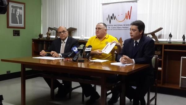 Héctor Chaves director de Bomberos (centro) criticó el fácil acceso de niños a fuentes de ignición. A la izquierda Orlando Urroz y a la derecha Carlos Siri, ambos del Hospital de Niños.