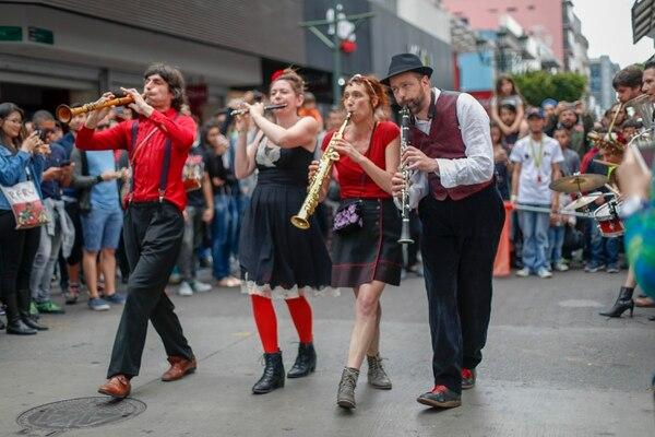 Además de la música, ofrecieron baile desfachatado y mucha interacción con el público. Foto: José Cordero.