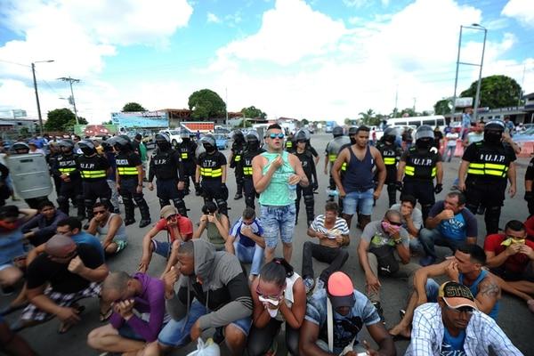 El 14 de abril de 2016 decenas de cubanos varados en Panamá cruzaron a Costa Rica por la frontera de Paso Canoas para manifestarse pacíficamente. Foto: John Durán