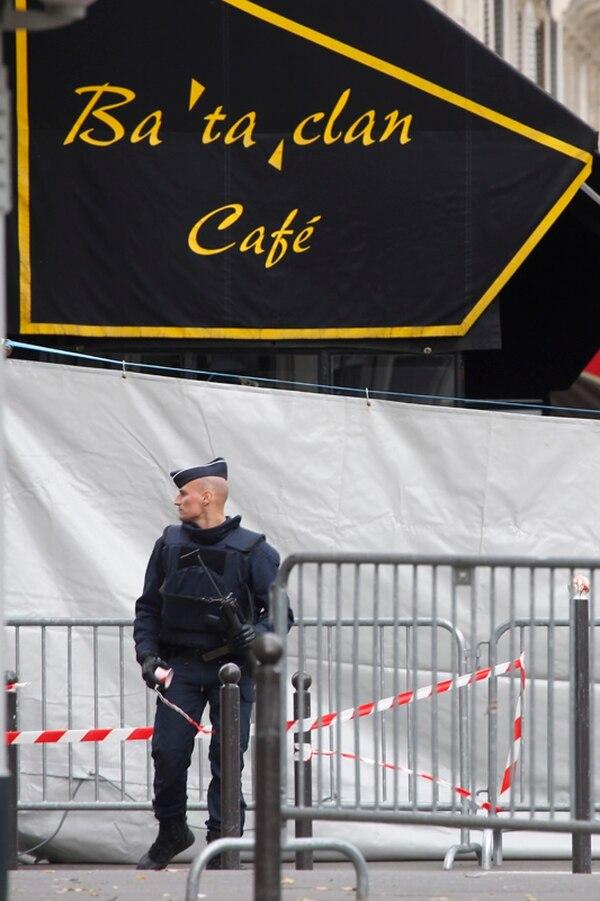 Un policía custodiaba la entrada del salón Bataclan, en París. | AP
