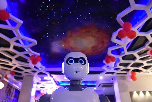 El robot, que opera en un restaurante llamado Naulo, se llama Ginger. (Photo by Prakash MATHEMA / AFP)