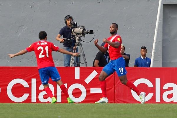 Kendall Waston celebra su anotación con Marco Ureña en el partido ante Honduras, ambos militan en la MLS.